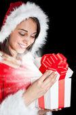 Miss santa eröffnung einer geschenkbox — Stockfoto