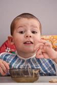 Criança comendo sopa — Foto Stock