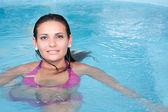Su genç kadın — Stok fotoğraf