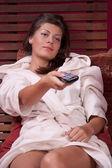 Vrouw ontspannen en kijken naar tv — Stockfoto