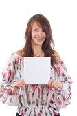 Onun elinde boş kart gösteren genç bir kadın — Stok fotoğraf