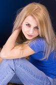Donna bionda attraente — Foto Stock