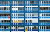Blå fasad av ett hyreshus i gdren — Stockfoto
