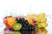 Pure Frucht in einem Spray des Wassers — Stockfoto