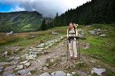 рюксаком девушка прогулок в горы. — Стоковое фото