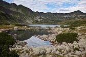 Paisagem montanhosa com lago. — Fotografia Stock