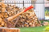 Топор с деревянным настилом — Стоковое фото
