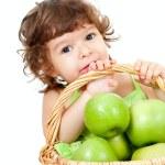 バスケット分離スタジオで緑のリンゴのかわいい女の子 — ストック写真