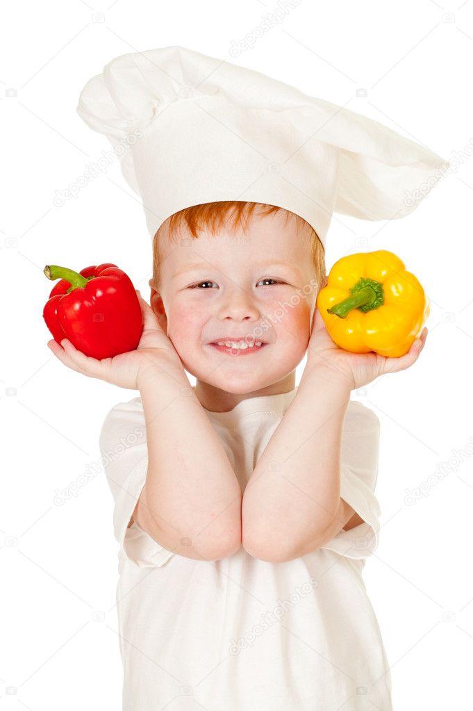 Рыжий мальчик в шляпе Кука с овощами, изолированные на белом
