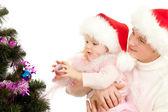Otec pomáhá dcera, zdobí vánoční strom — Stock fotografie