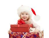 счастливый ребенок в рождество санта шляпы с подарочные коробки — Стоковое фото