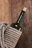 Bouteille de vin enveloppé avec corde — Photo