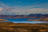 Lake Laberge and surrounding taiga in fall — Stock Photo