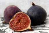 Two and a half fresh figs — Stock Photo