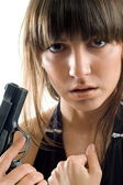 Vacker flicka med pistol — Stockfoto
