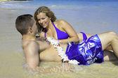 Marino y su esposa en la playa en hawaii — Foto de Stock