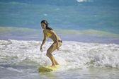 Morena de biquini surf — Fotografia Stock