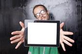 タブレット コンピューターとスマート オタク男を見て良い — ストック写真