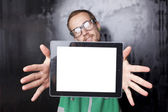 Dobře vyhlížející muž chytrý blbeček s tabletovým počítačem — Stock fotografie
