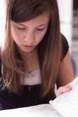 девушка изучает — Стоковое фото