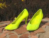 Duże żółte buty kobiece — Zdjęcie stockowe