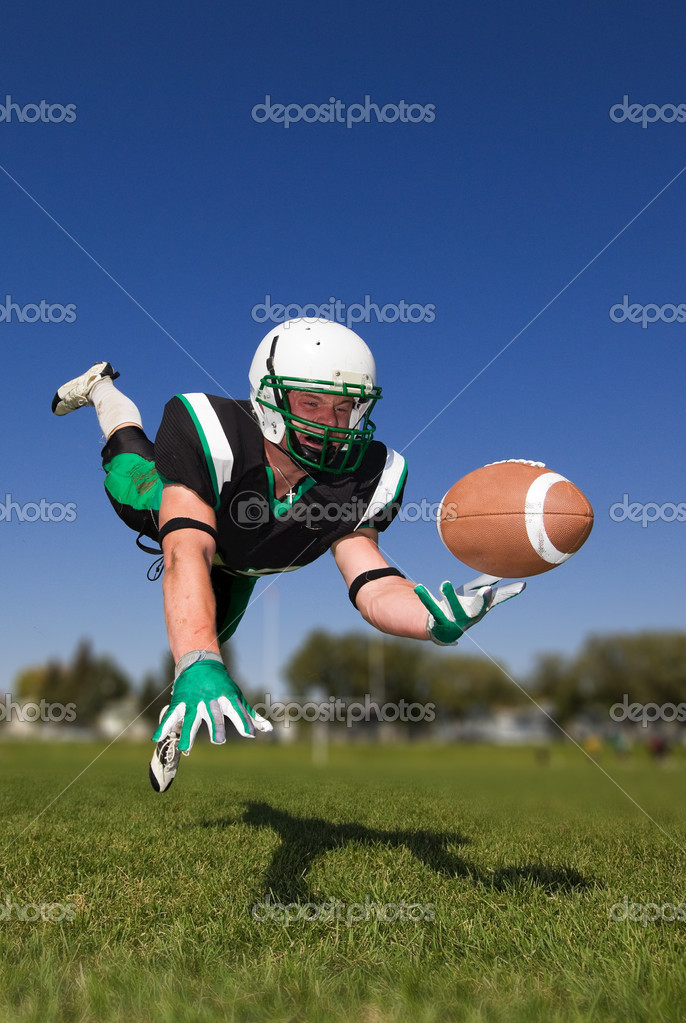 American football player diving and catching the ball — Stock Photo #7914322