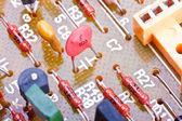 Componenti elettronici su una scheda di circuito stampato obsoleta — Foto Stock