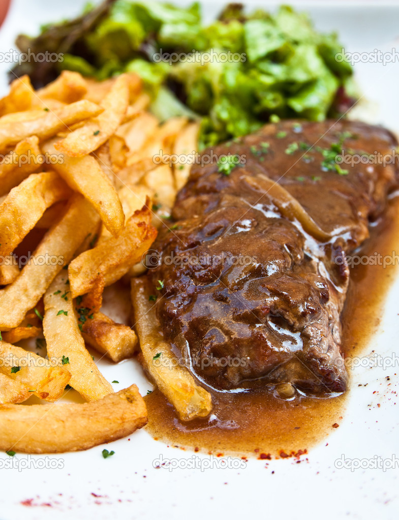 Juicy steak beef meat with tomato and french fries — Stock Photo #6792036
