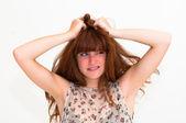 Jovem mulher pânico com as mãos na cabeça — Foto Stock