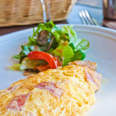Omelet with ham tomato and green salad — Stock Photo