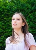Güzel genç çekici kadın açık havada dikey düşünme w — Stok fotoğraf