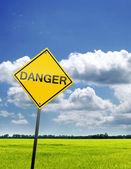 Signe de champ et le danger — Photo