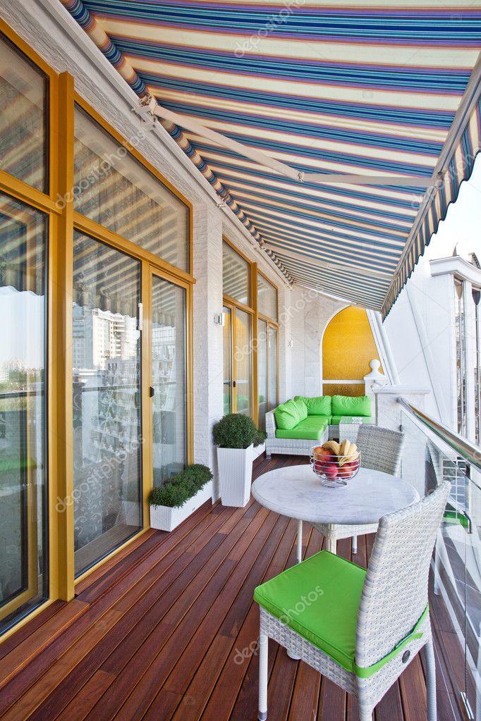 Пентхаус квартира балкон с деревянными террасами - стоковое .
