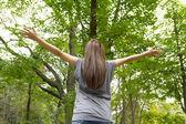 Donna nella foresta — Foto Stock