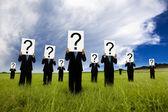 Siyah takım elbise ve soru işareti simgesi tutan işadamı grubu — Stok fotoğraf