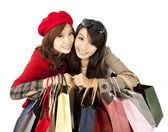 Las asiáticas felices celebración de bolso de compras — Foto de Stock