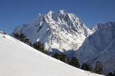 Berg ski-oord in de bergen van de kaukasus — Stockfoto