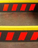 низкий угол зрения зоны безопасности с осторожностью марки — Стоковое фото