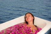 Baño floral disfrutar de hermosa mujer — Foto de Stock