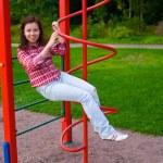 šťastná mladá žena na hřišti — Stock fotografie