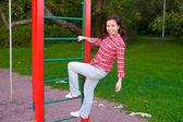Gelukkig jonge vrouw op speelplaats — Stockfoto