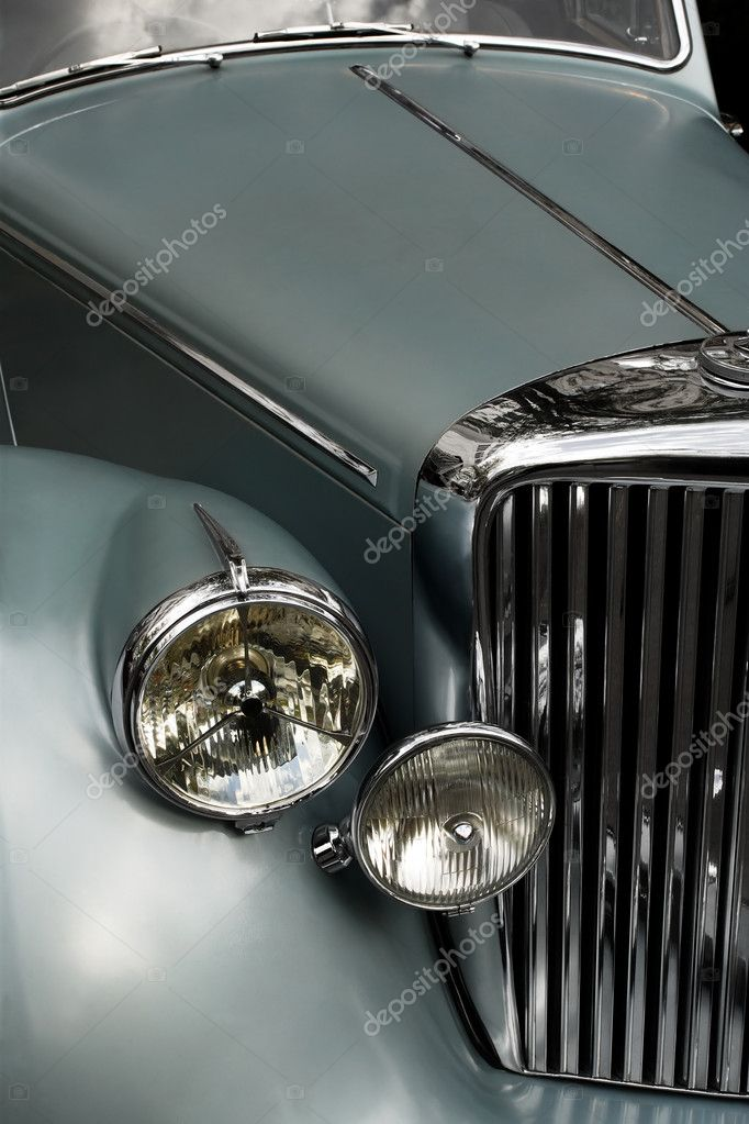 The chrome grill and headlights of an antique classic car.  — Stock Photo #6900203