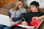 Élèves à faire leurs devoirs ensemble — Photo