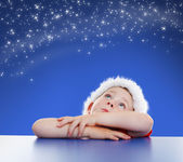 Little boy looking up to starry night sky — Stockfoto