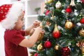 小男孩装饰圣诞树 — 图库照片