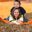 Kids playing outdoors in autumn — Stockfoto