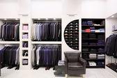 Stilvolle kleidung der männer im shop — Stockfoto