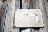 木製の背景の空白の金属板 — ストック写真