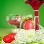 påsk dukningen i grönt och rött — Stockfoto