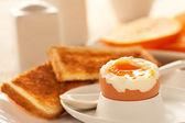 мягкое вареное яйцо — Стоковое фото